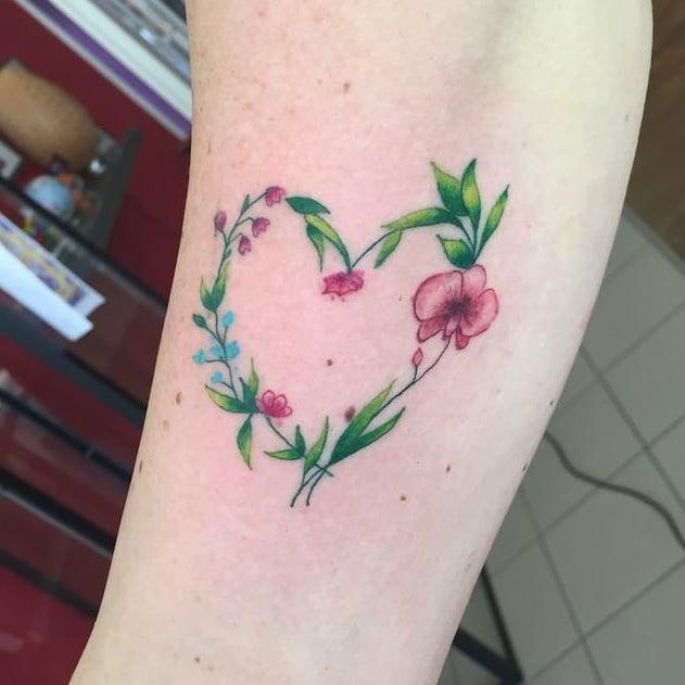 tatuaggio di un cuore floreale